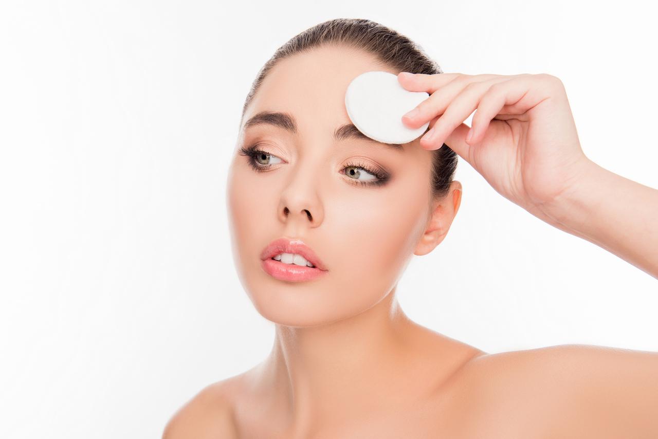 Jak dobrze oczyścić twarz w domu?